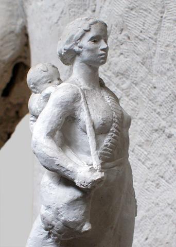 Μάνα αγωνίστρια: μια αναφορά στις μάνες και γενικότερα στις γυναίκες που συνέβαλαν στην απελευθέρωση της χώρας μας κατά το 2ο Π.Π.-Ύψος 40cm, έτος κατασκευής 2004